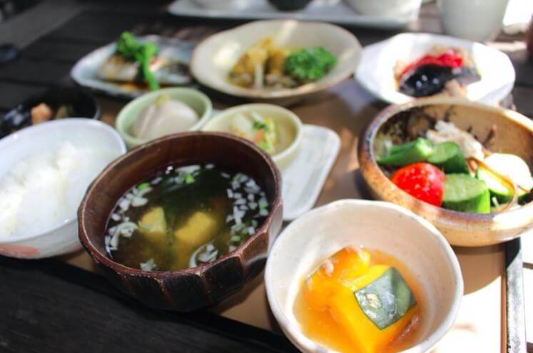 テーブルに並べられた和食