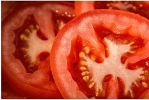 エッグカッターでトマトもスライスできる