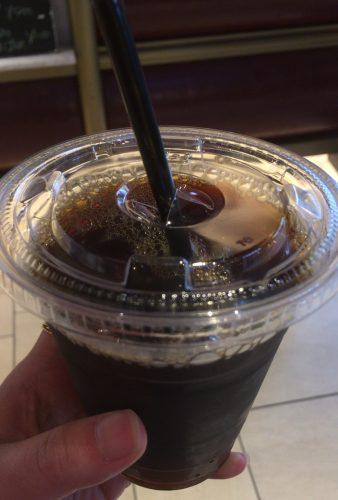 パン屋のPAULは氷少なめで!と注文してもカップ満タンにドリンクを入れてくれた