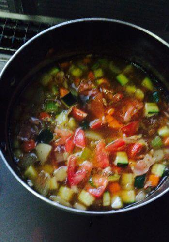tasty table魅せるミールキットのミネストローネの材料を鍋に入れる