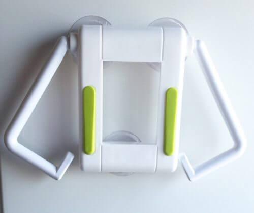 ダイソーの吸盤キッチンペーパーホルダーを冷蔵庫の横に設置