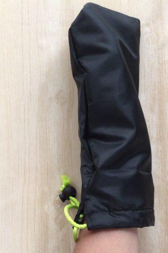 セリアの吸水折りたたみ傘用カバーは手がすっぽり入るくらいの大きさ