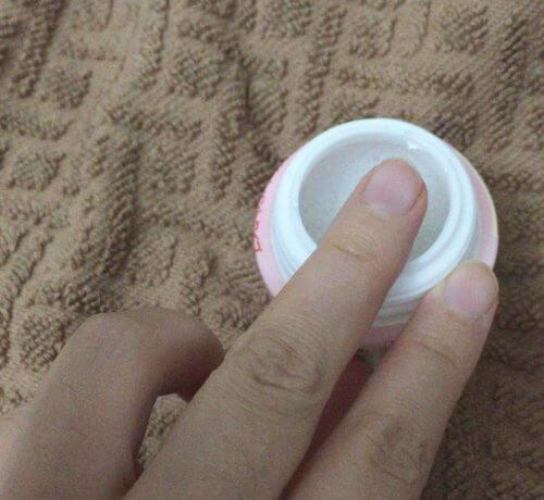 ダイソーの簡単マニキュア落としnail kiss(ネイルキス)除光液に指を入れる