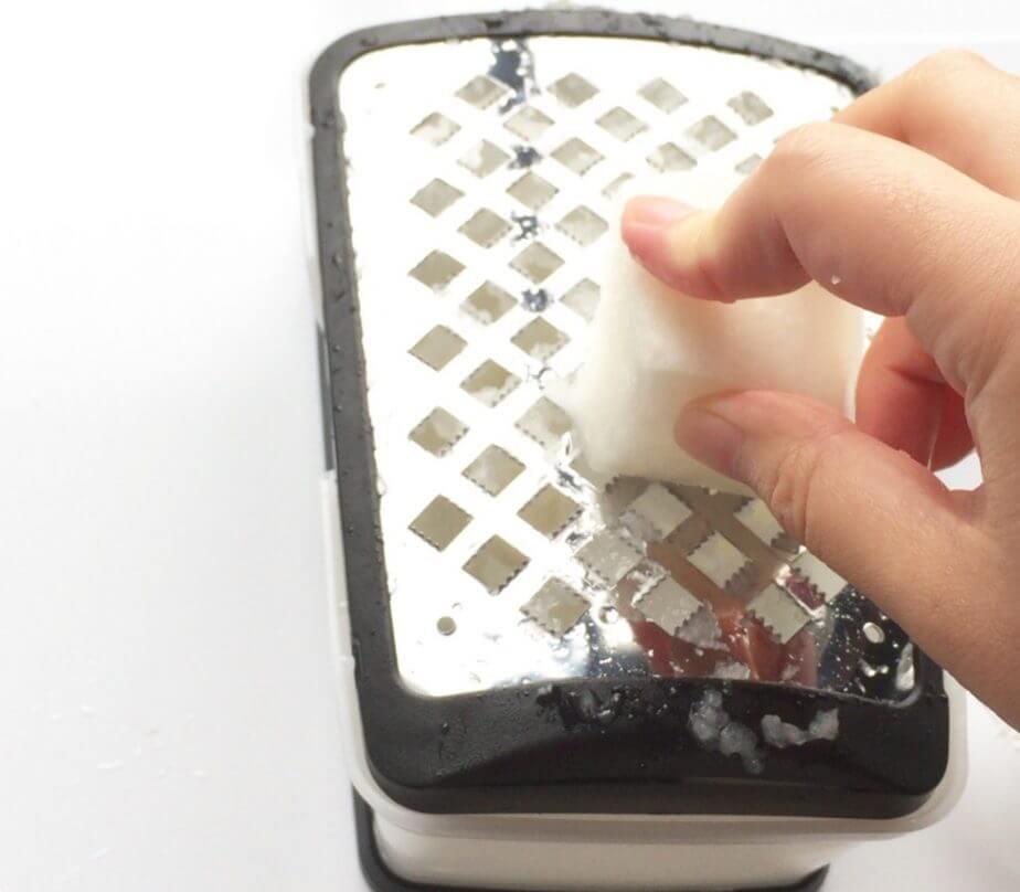 和田商店のプロおろしVで大根おろしを作る