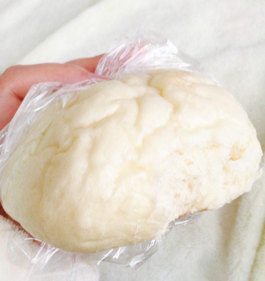 成城石井の湯種のもっちり白パンをラップにくるんで電子レンジでチン