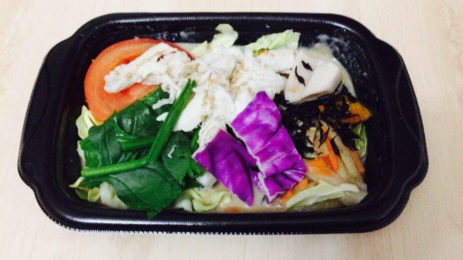 蒸し鶏と根菜のホットサラダごま豆乳ソースには、ドレッシングが下にたまっている