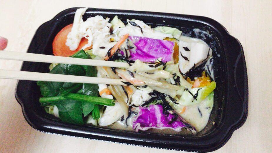 蒸し鶏と根菜のホットサラダごま豆乳ソースはチンしたら箸で和えるだけ