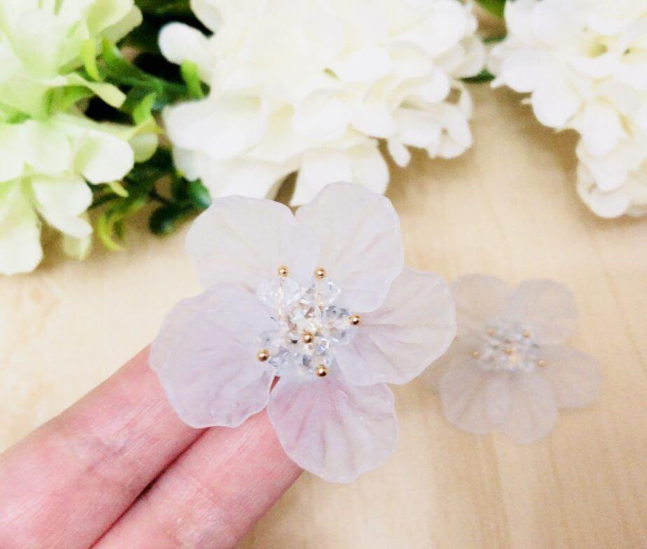 激安アクセスピスで購入した花のピアス