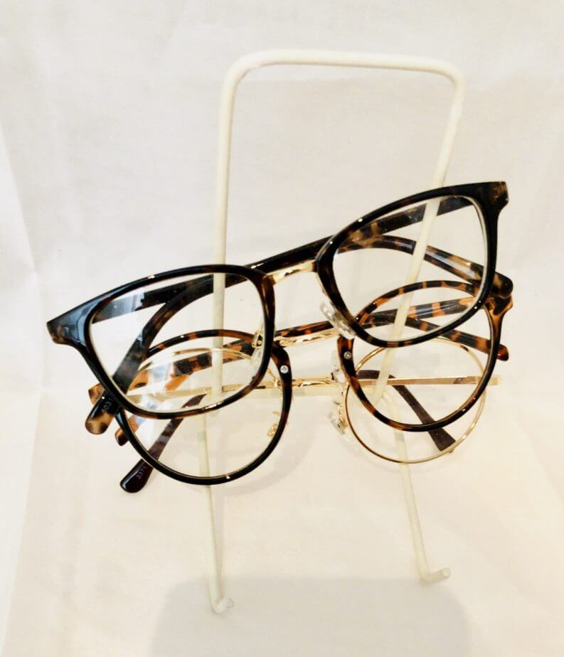 キッチンキッチン(100円均一のお店)のブックスタンドにメガネを収納