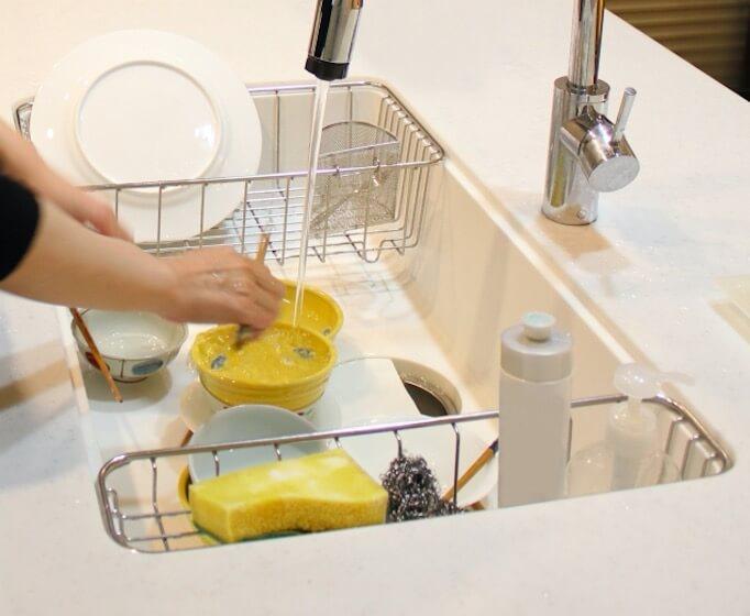 シンクで皿洗い
