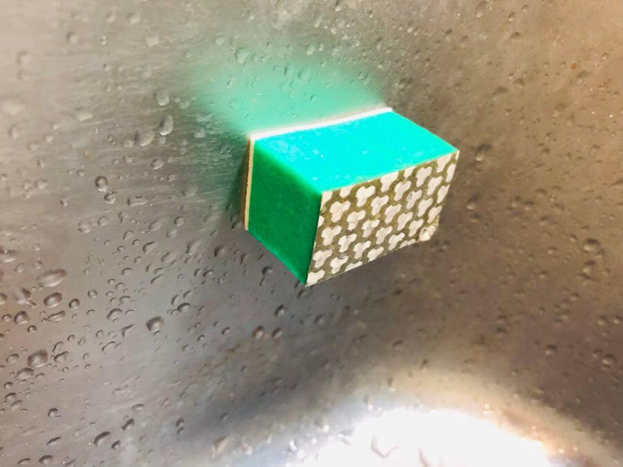 ダイソーのシンクに貼れるクレンザースポンジ