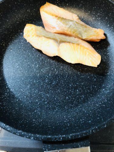 ルールのフライパンで魚を焼いた