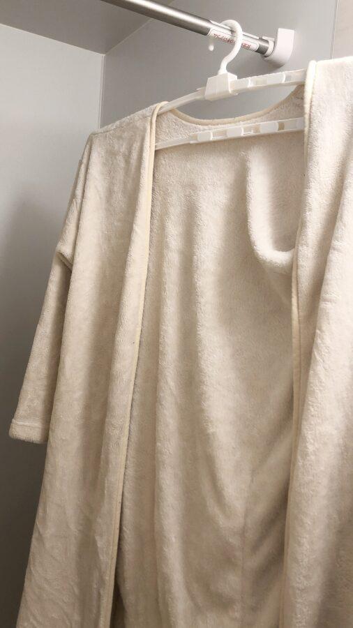着る毛布を100均の巨大ハンガーで干す